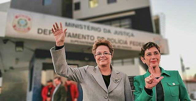 Dilma e a escritora Pilar del Rio na frente da sede da PF em Curitiba