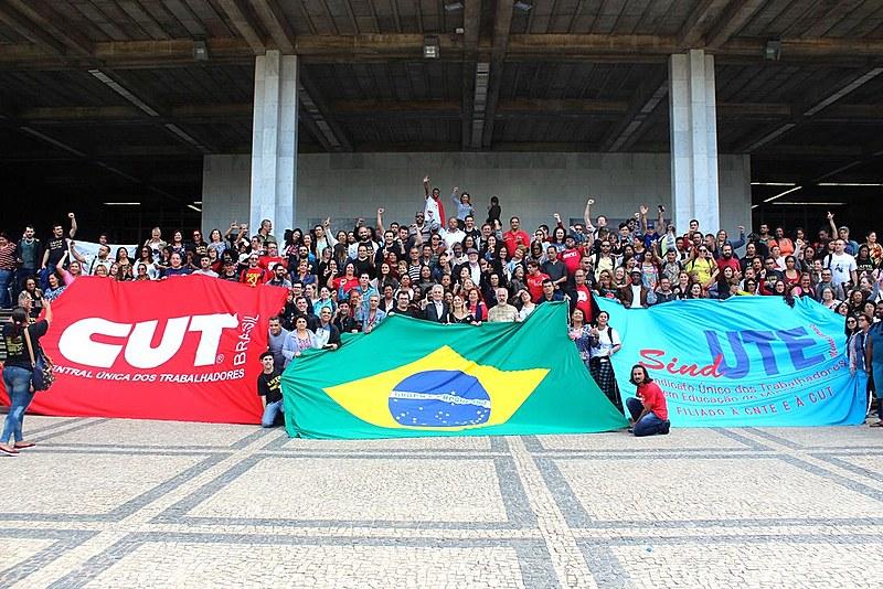 Trabalhadores e trabalhadoras em educação comemoram a aprovação da PEC-49/18