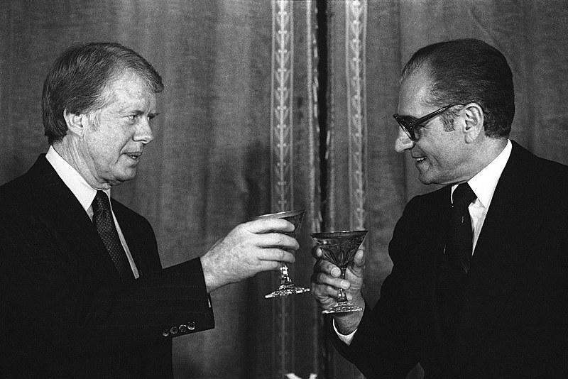O Xá Reza Pahlevi e o presidente estadunidense Jimmy Carter celebram a chegada de 1978, em jantar servido no palácio Niavaran, no Irã