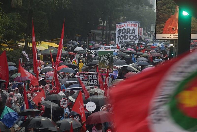 Manifestantes fazem protesto na Avenida Paulista contra o governo Michel Temer