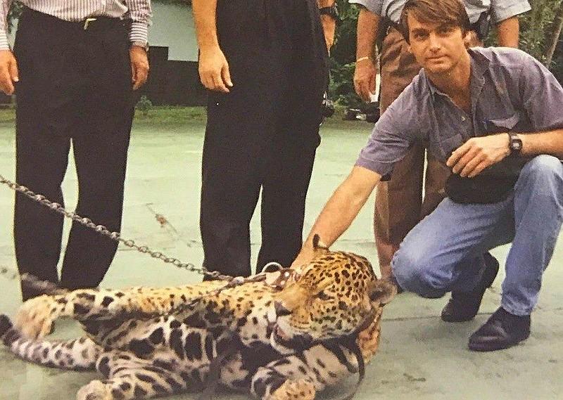Bolsonaro posa para foto com onça acorrentada no zoológico do exército em Manaus