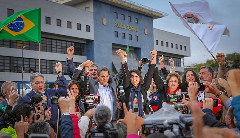Ato em frente a sede da Polícia Federal em Curitiba para anunciar a substituição da candidatura de Lula pela de Fernando Haddad
