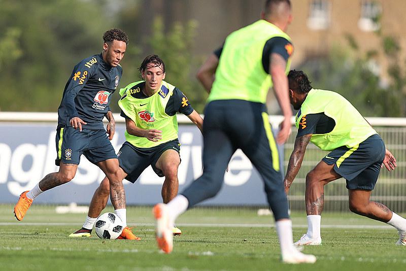 Seleção Brasileira realiza treino no campo do Tottenham, na Inglaterra