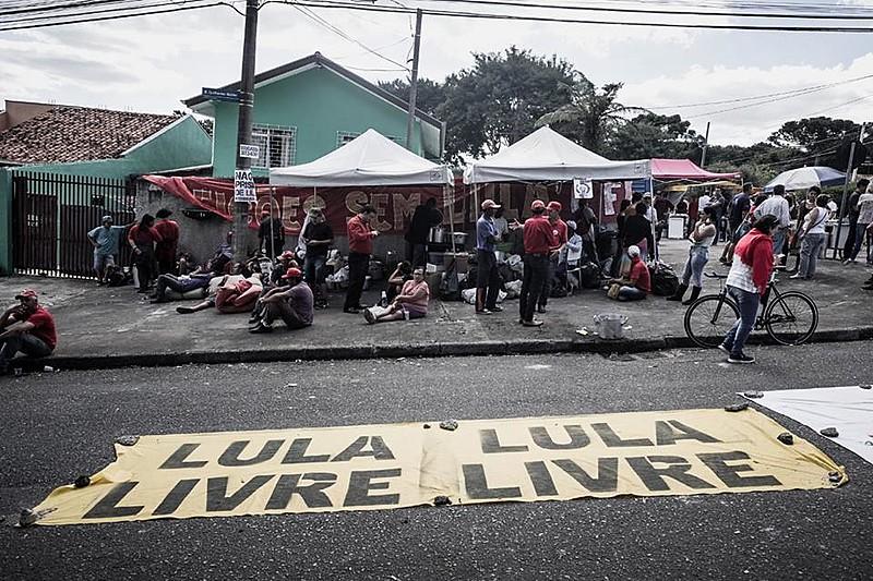 Apoiadores de Lula montam acampamento em Curitiba