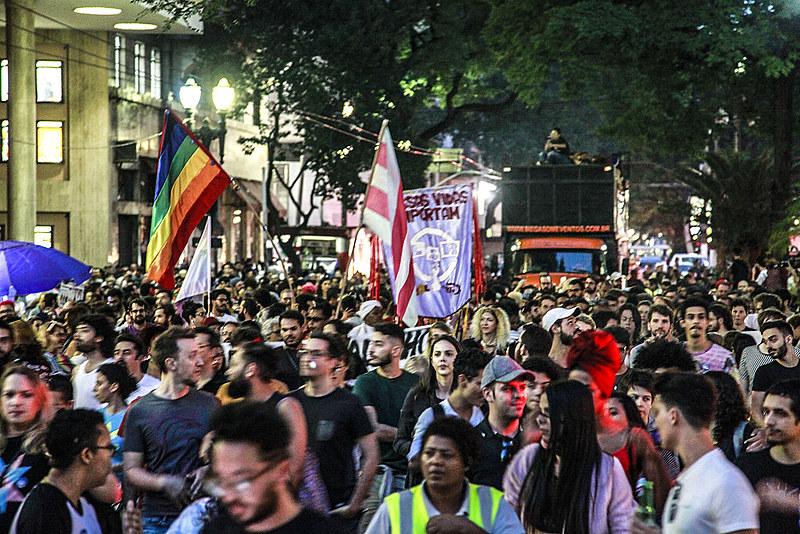 Marcha passa pela Avenida São João; milhares de pessoas acompanham as intervenções artísticas e falas políticas durante trajeto