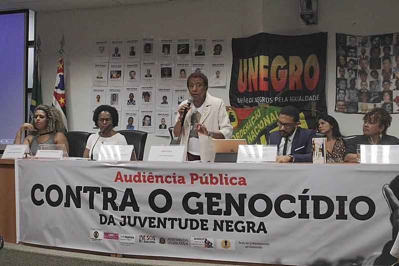 Documento foi entregue à deputada Leci Brandão (centro) durante a audiência pública na Alesp