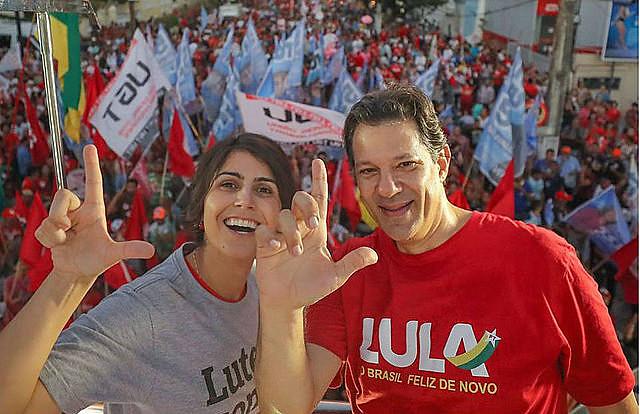 El candidato a presidente Fernando Haddad y la candidata a vicepresidente en la lista electoral del PT,  Manuela D'Ávila