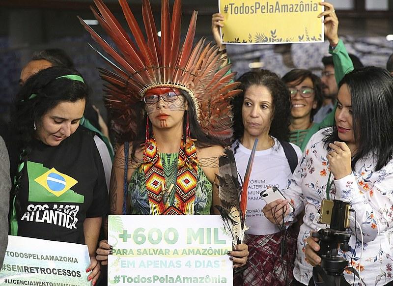 Representantes de movimentos de defesa socioambiental em ato na Câmara dos Deputados no último dia 30 de agosto
