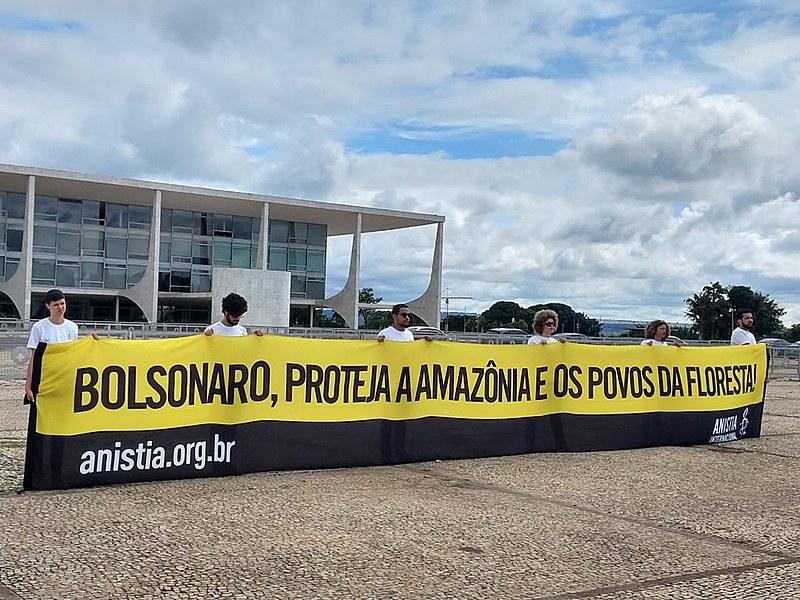 Ato da Anistia Internacional com indígenas entregou um abaixo assinado com 160 mil assinaturas no Palácio do Planalto