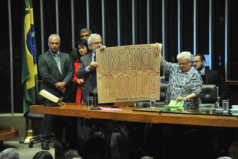 """Deputados do PSOL Ivan Valente e Luiza Erundina denunciaram que requerimento de urgência é """"novo golpe"""""""