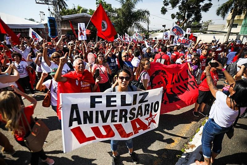 Milhares de apoiadores de Lula estiveram presentes na Vigília Lula Livre, em Curitiba, para comemorar o aniversário do ex-presidente