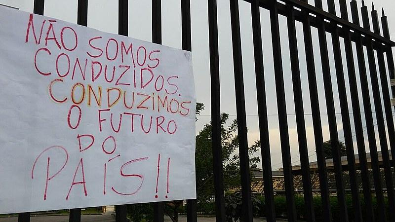 Cartaz colocado em frente à ocupação de colégio estadual no Paraná