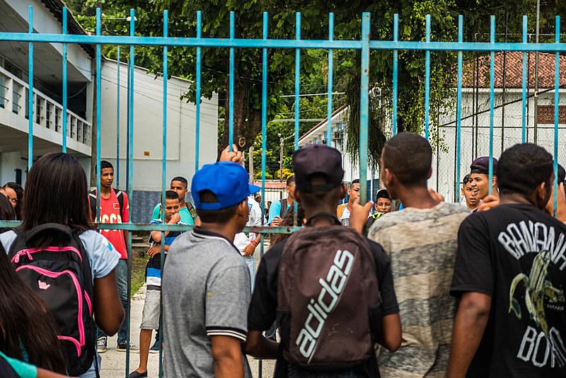 Entre 2010 e 2015, nos governos Cabral e Pezão, o número de escolas foi reduzido de 1505 escolas para 1308