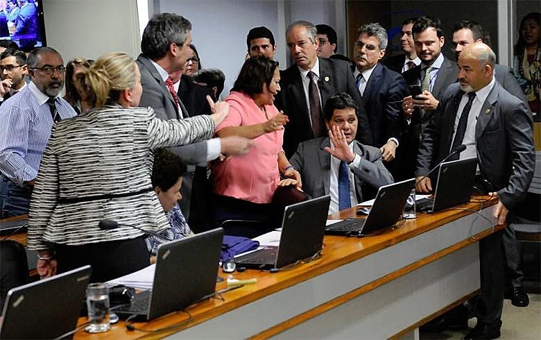 Senadores da oposição se rebelam contra tentativa de Ferraço de tratorar tramitação de projeto que reduz direitos