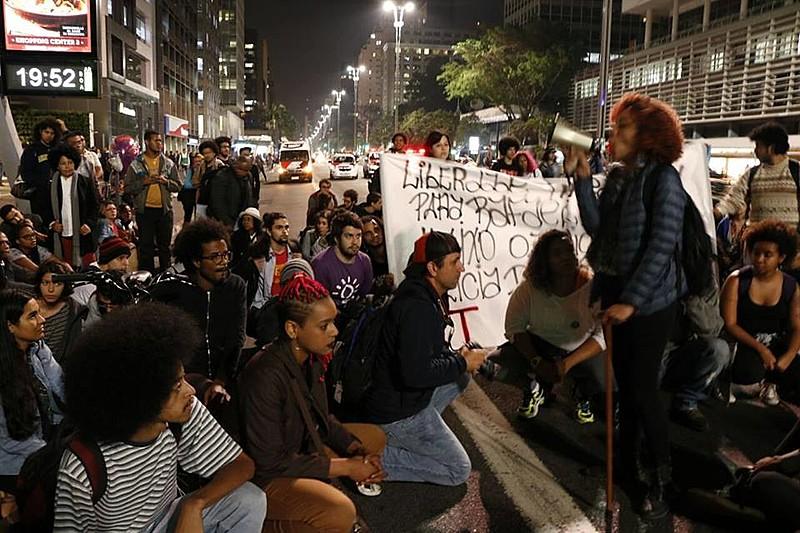"""Manifestantes em ato nesta segunda (7), na Avenida Paulista, contra o """"punitivismo seletivo"""" e pela liberdade de Rafael Braga"""