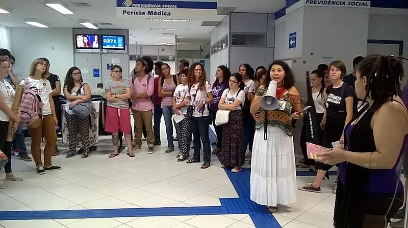 Agência do INSS na esquina das ruas XV de Novembro e João Negrão, centro de Curitiba, foi ocupada temporariamente na tarde desta quarta