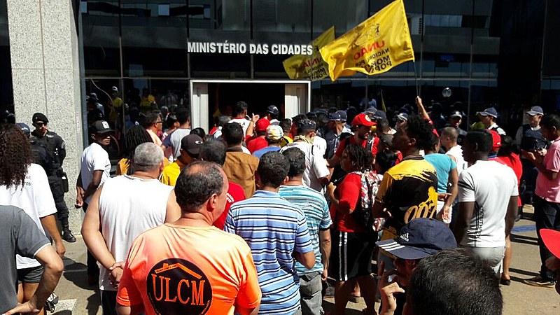 Militantes ocupam prédio do Ministério das Cidades, em Brasília, em protesto contra governo