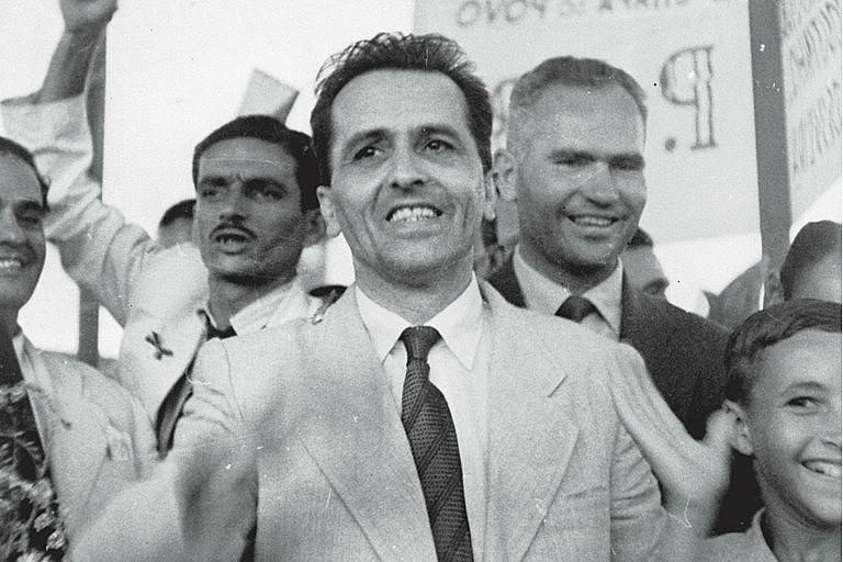 Prestes foi membro do PCB por décadas, mas, em 1982, retira-se do partido