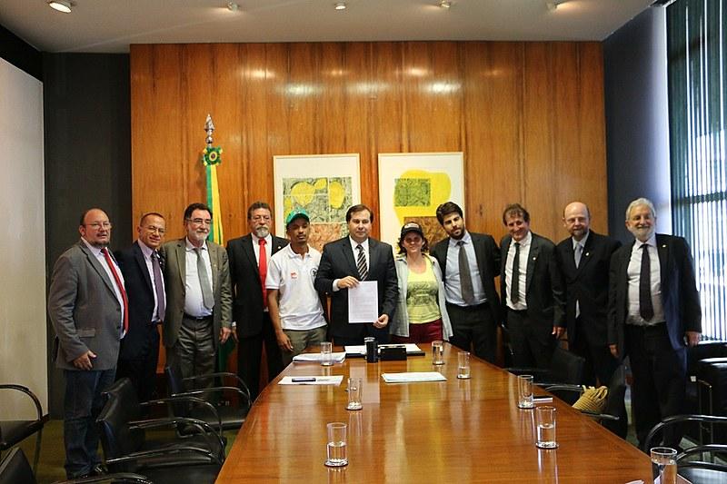Entidades e parlamentares que defendem a redução no consumo de agrotóxicos em reunião com presidente da Câmara dos Deputados