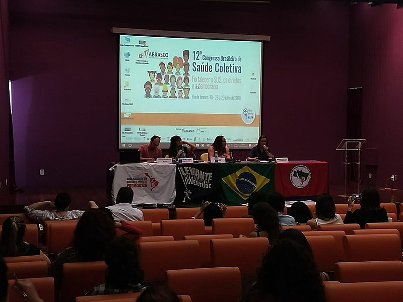 """Mesa redonda """"Lutas sociais e disputas de poder na saúde: entre o direito e a mercadoria"""", durante o 22º Congresso da Abrasco"""