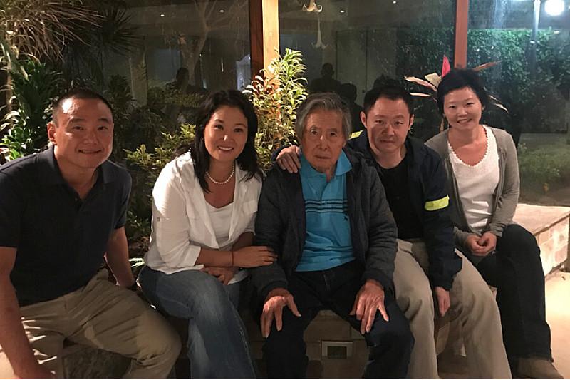 Alberto Fujimori com sua família após deixar o hospital, em dezembro do ano passado