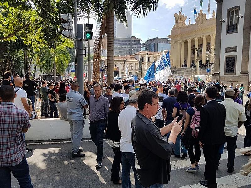 A manifestação, que reuniu cerca de 10 mil pessoas em frente à Alerj, foi interrompida pelos ataques da Polícia Militar