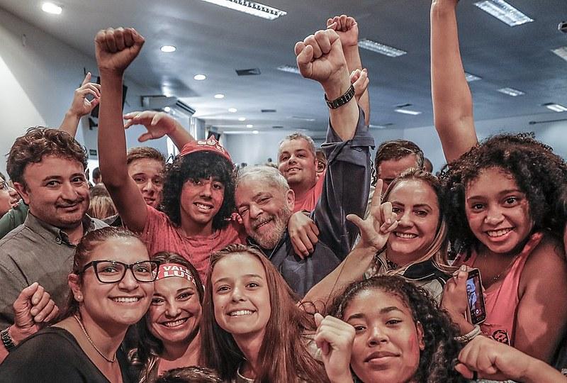 Estudantes posam ao lado de Lula no Instituto Federal Farroupilha nesta quarta-feira (21).