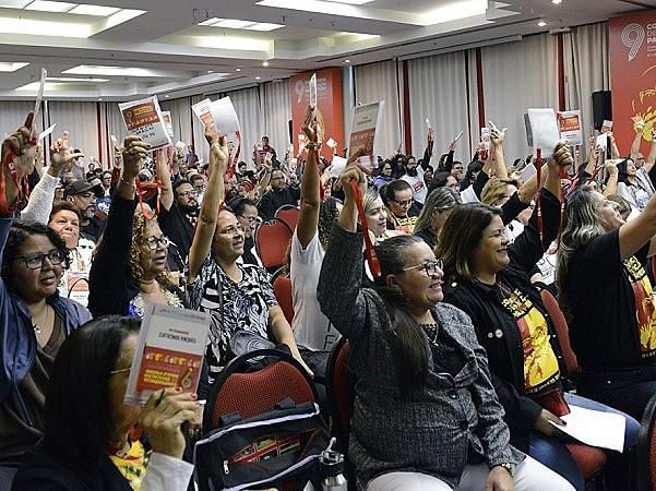 Plenária da Confederação Nacional dos Trabalhadores em Educação, em Curitiba