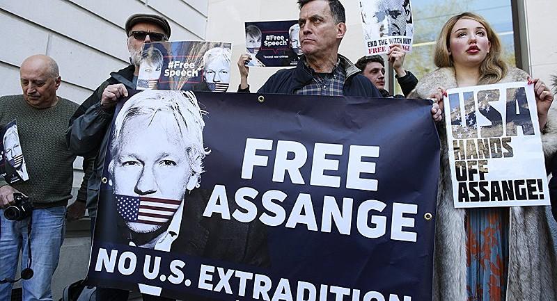 Julian Assange foi preso na Embaixada do Equador no último dia dia 11; na foto, seus apoiadores protestam em frente ao local