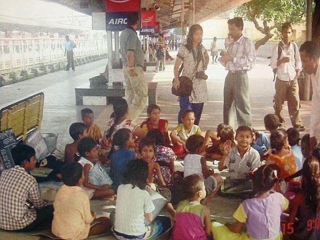 Na Índia, professora criou modelo escola que funciona nas estações de trem