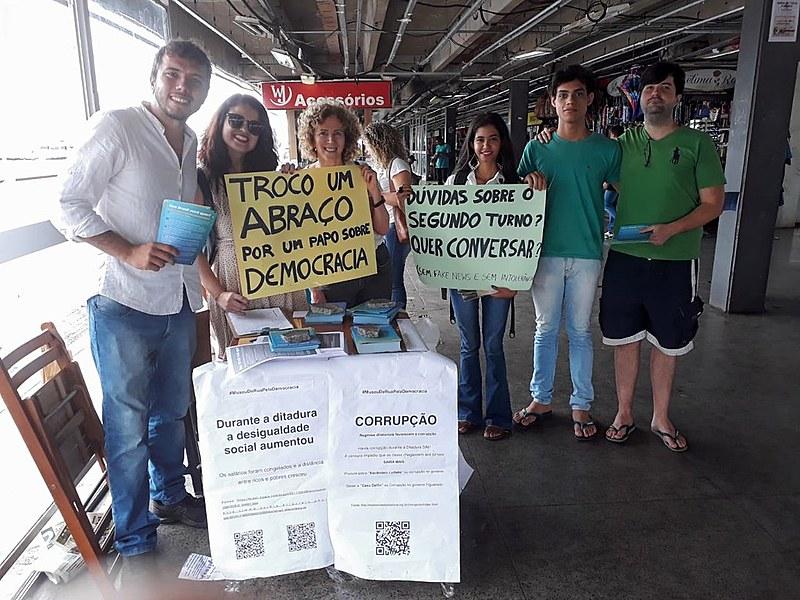 """Voluntários da """"Banquinha da democracia"""" reunidos na Rodoviária do Plano Piloto, em Brasília (DF)"""