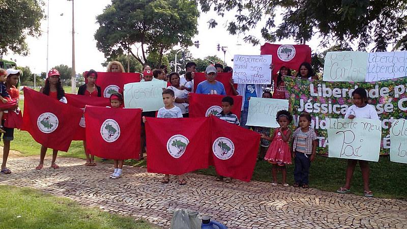 Familiares dos militantes presos fazem protesto pedindo sua libertação, em frente ao Tribunal de Justiça de Palmas, no dia 13 de março