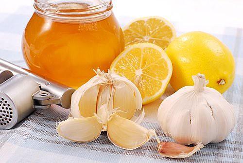 Chá de alho, mel e limão é um ótimo remédio caseiro contra gripes e resfriados
