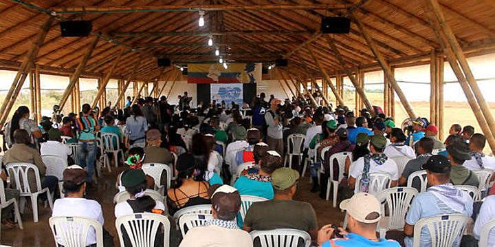 a conferencia movió también la economía local, con varios puestos de comida y ropa atendiendo a guerrilleros y visitantes.