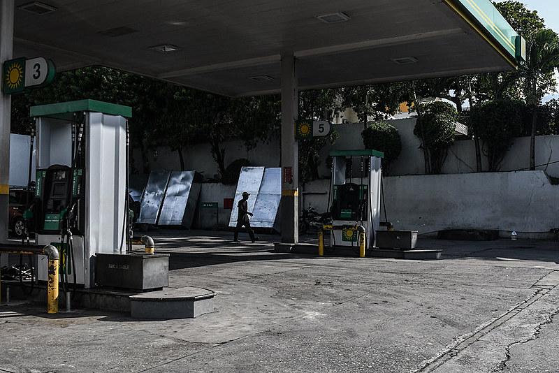 Gasolina e outros combustíveis se tornam cada vez mais escassos na capital do país, Porto Príncipe
