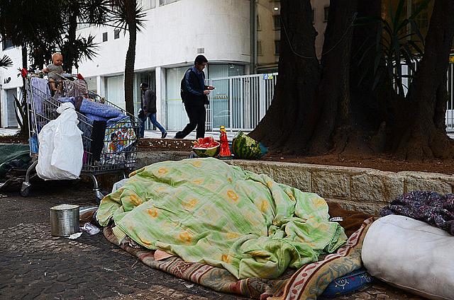 Es visible el aumento del número de personas viviendo en la calle, de mendigos en los semáforos, en las puertas de los mercados y afines