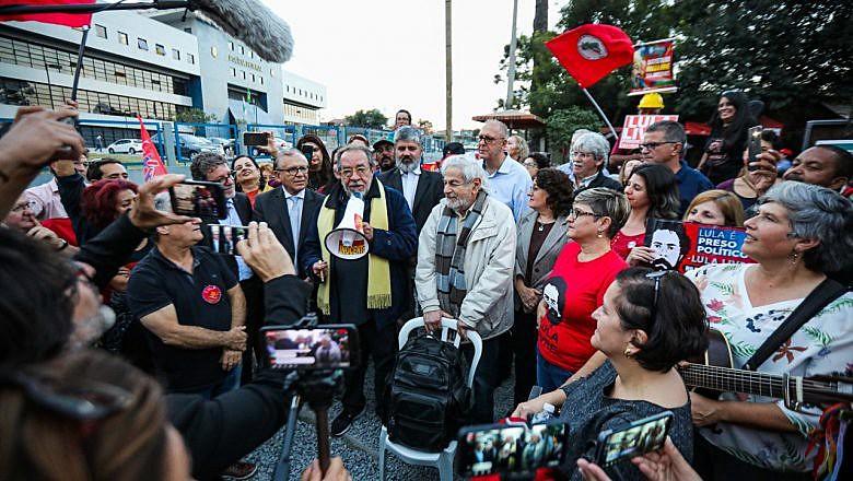 Entregue na quinta-feira (8) por Raduan Raduan e Fernando Morais, carta de juristas emocionou ex-presidente Lula