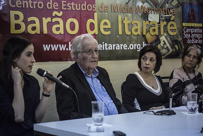 Filósofo Noam Chomsky participa de encontro com jornalistas independentes em São Paulo