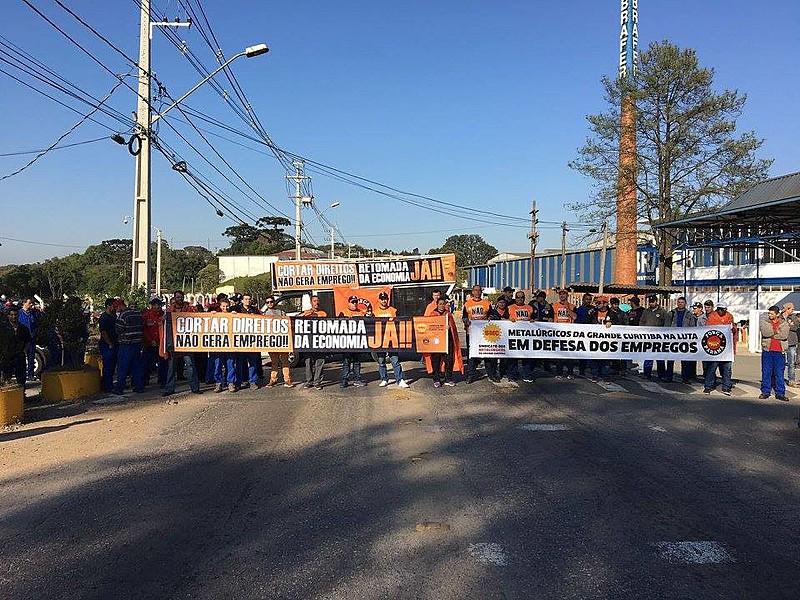 A paralisação começou nas trocas de turno da madrugada de hoje e ocorre em pelo menos 14 fábricas espalhadas pelo Paraná