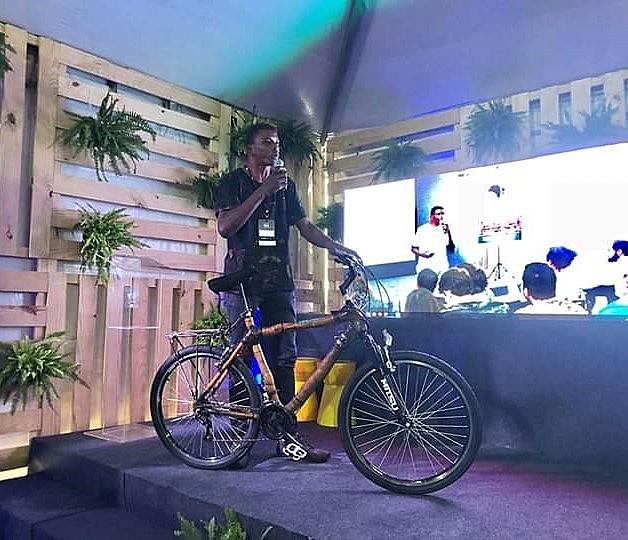 Carlos Leandro Oliveira com a sua bicicleta de bambu durante um evento no Rio