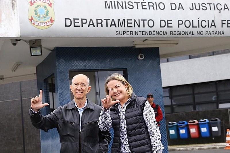 Falcão (esq.) posou ao lado da presidenta nacional do partido, Gleisi Hoffmann, após visita a Lula