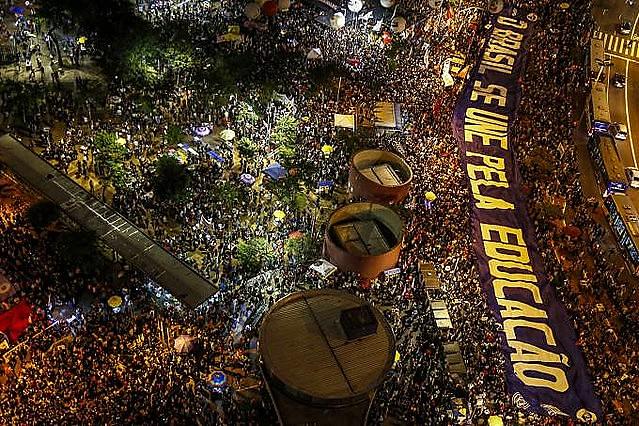 Protesto contra o corte de verbas no dia 30 de maio, no Largo da Batata, em São Paulo (SP)