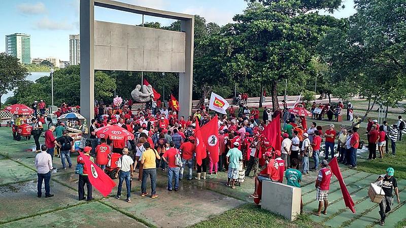 Manifestantes se concentram no Monumento Tortura Nunca Mais em ato de defesa da democracia