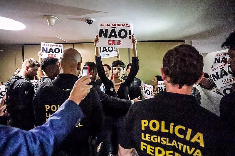 Professores que não conseguiram senha para acompanhar comissão do Escola sem Partido protestam do lado de fora