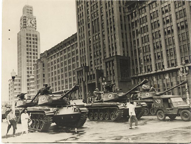 Tanques do Exército ocupam as ruas do Rio de Janeiro no golpe de 1964, iniciando o mais longo período de exceção do país