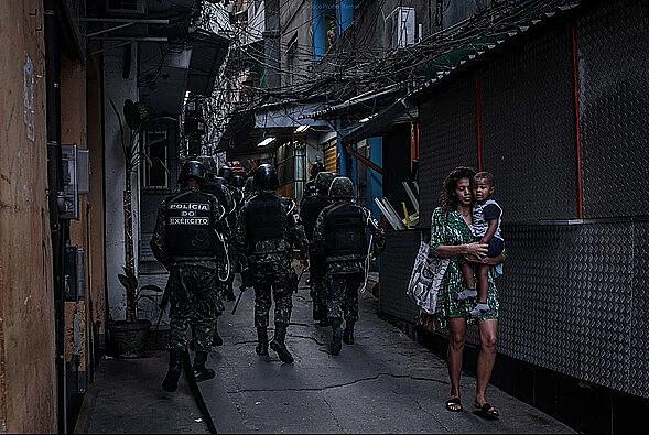 Tropas das Forças Armadas em missão de Garantia da Lei e da Ordem na favela da Rocinha (RJ)