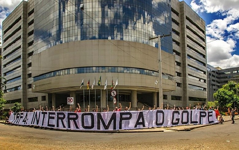 Protesta antes del resultado del juicio de este miércoles en frente al TRF4