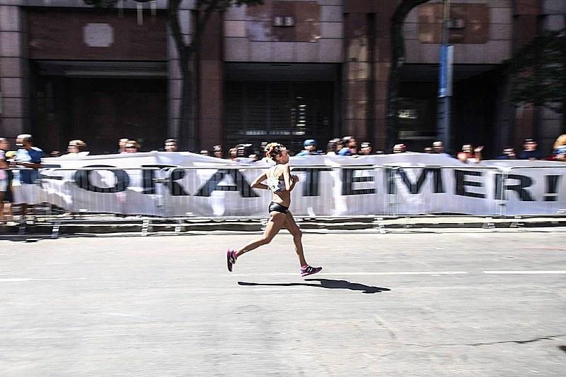 Faixa estendida em protesto durante maratona olímpica neste domingo