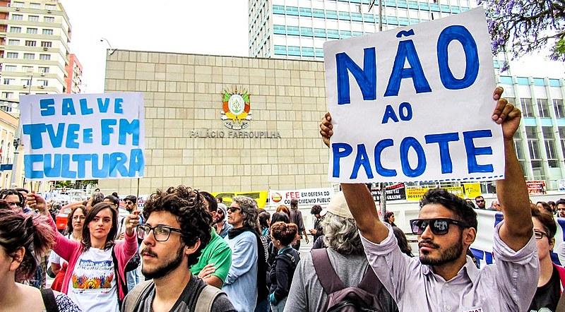 Em defesa de emissoras públicas, trabalhadores ocupam a Praça da Matriz, em frente ao Palácio Farroupilha, na capital do estado
