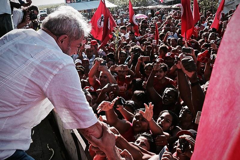 Apoiadores recebem Lula durante a Caravana Lula pelo Nordeste